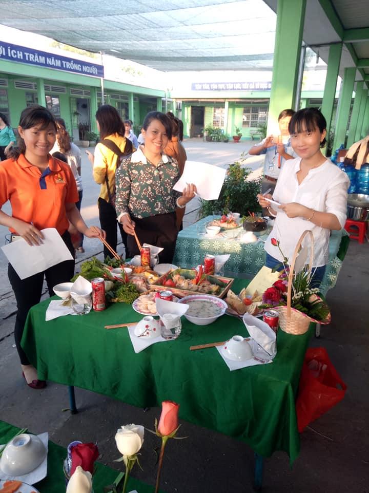 Ban giám khảo đang chấm phần thi nấu ăn