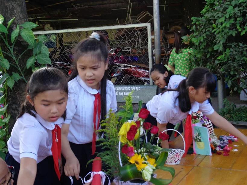Các em đang chăm chú cắm hoa