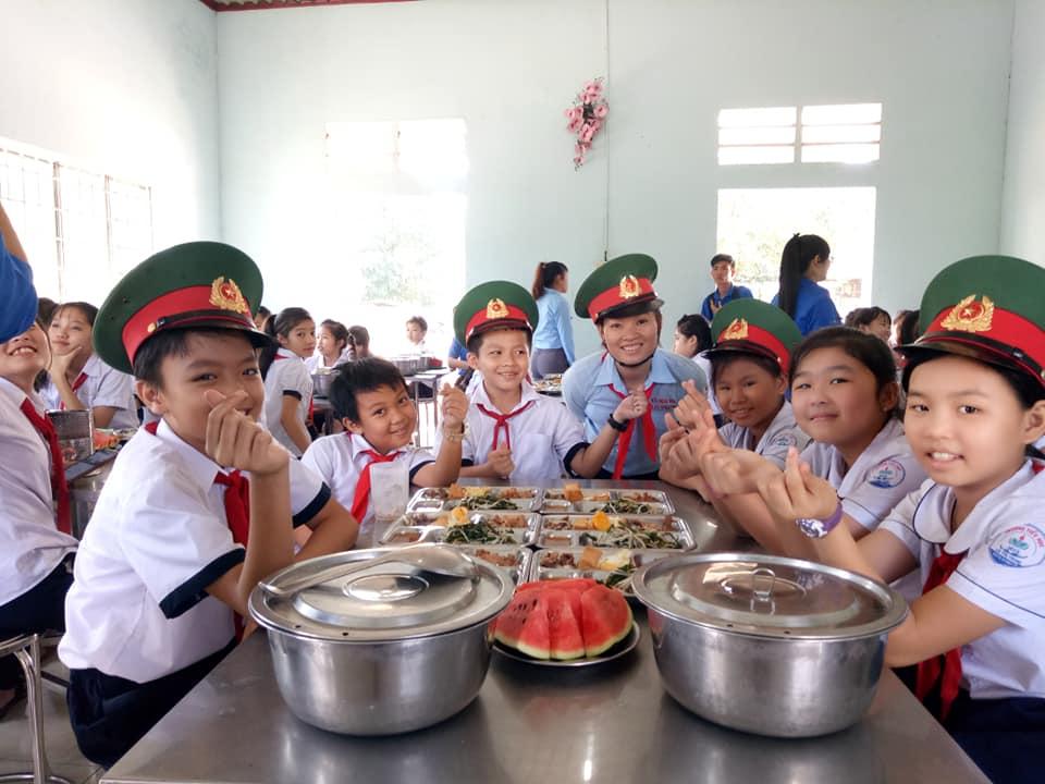 Dùng cơm trưa trong quân đội
