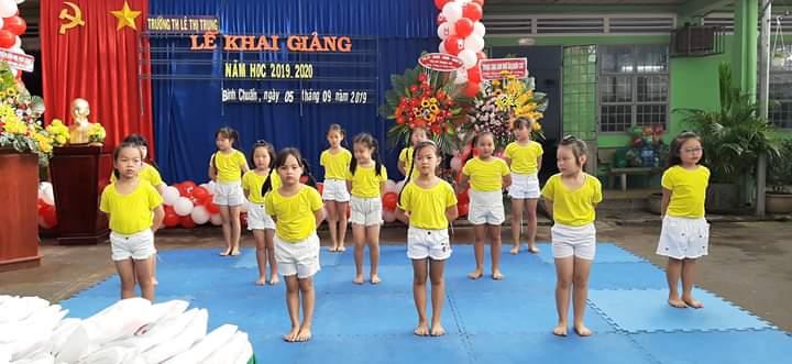 Học sinh lớp 1 nhảy thật đáng yêu