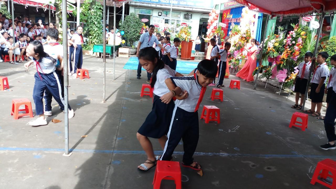 Học sinh tham gia trò chơi vui nhộn, hào hứng